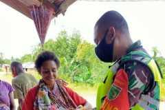 TNI Boven Digoel bagikan alat mandi untuk warga kampung Waropko